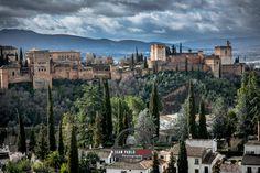 Pedida de mano en Granada   Desde unas vistas majestuosas de nuestra preciosa Alhambra, próximamente os quiero mostrar como fue la pedida de mano en Granada que una pareja maravillosa, venida desde Madrid.  Como aperitivo os dejo esta bonita foto a modo de que os hagáis una idea del entorno elegido para que la novia no se pudiera negar, jajaja....  Más aquí.