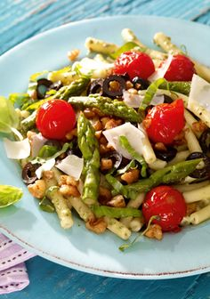 Ein bunter Salat mit Makkaroni, grünem Spargel und Kirschtomaten A colorful salad with macaroni, green asparagus and cherry tomatoes Healthy Salad Recipes, Pasta Recipes, Healthy Snacks, Vegetarian Recipes, Chicken Recipes, Asparagus Salad, Best Asparagus Recipe, Grilled Asparagus Recipes, Cherry Tomatoes