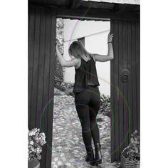 POSTER: Mädchen und Holztüre