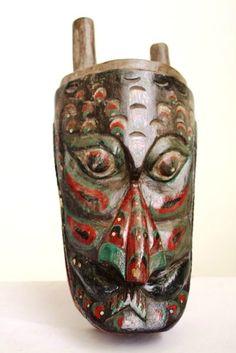 Masque en bois d'acajou. Ce type de masque est appelé Barongan. La légende veut que le Barongan soit une créature mystique qui fut autrefois un homme. L'homme a été transformé en Barongan parce qu'un sort lui avait été jeté par taquinerie, pour s'amuser. On lui a ordonné de suivre le Kepang Kuda (Jathilan) pour toujours, c'est pourquoi le Kuda Kepang (Jathilan) la danse est toujours suivie d'une performance de Barongan aujourd'hui. Origine: Java Centre ou Est Approx: 40 ans