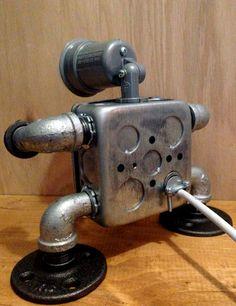 Hecho a mano robot industrial lámpara de diseño con salida/USB funciona y el interruptor. Esta lámpara es hecha a mano en mi estudio de Brooklyn. (y es impresionante)