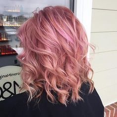 Rose Gold Hair Is The Latest Hair Color Trend - 12 Pink Hair Shades The most beautiful hair ideas, t Cabelo Rose Gold, Rose Gold Hair, Pink Hair, Latest Hair Color, Cool Hair Color, Redken Shades, Gold Hair Colors, Rose Gold Color, Color Melting