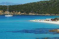 Sardinia september 2015. Prachtige stranden, een indrukwekkende kustlijn, onbegrensde gastvrijheid en voortreffelijk eten wachten de zeilers op die een bezoek brengen aan dit prachtige gebied. Hoewel het gebied zeer aantrekkelijk is heeft is het nog lang geen platgetrapt toeristengebied.