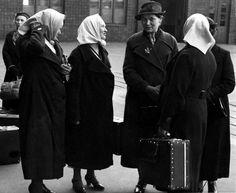 Marttayhdistyksen naiset odottivat junaa 15. toukokuuta 1939 Helsingin rautatieasemalla.