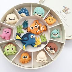 Nemo and friends macaron set - > amazing cooookie mix - Macarons Beaux Desserts, Disney Desserts, Cute Desserts, Disney Cakes, Disney Food, Delicious Desserts, Dessert Recipes, Yummy Food, Gateau Harry Potter