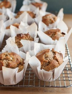 How To Make Muffin Liners Out of Parchment Paper - Super easy DIY instructions! Muffin Tin Recipes, Baking Recipes, Free Recipes, Breakfast Recipes, Dessert Recipes, Granola, Baking Cups, Cupcakes, Coffee Cake
