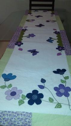 Deixe seu ambiente mais alegre com o caminho de mesa em patchwork. Feito com muito capricho, com tecido 100% algodão, estruturado com manta resinada, todo quiltado. Os apliques, cores e tamanho fica a gosto do cliente.