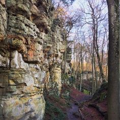 Een avontuurlijke wandeling bij de Teufelsschlucht in de Eifel, Duitsland.