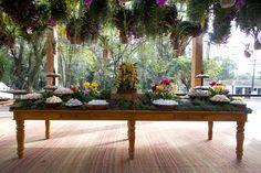 Mesa de doces tipo jardim com folhagens, suculentas e orquídeas coloridas - Casamento no campo ( Foto: Flávia Vitória )