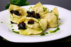 Ravioli filled with prawns with black truffle and parsley sauce Wine Recipes, Gourmet Recipes, Pasta Recipes, Whole Food Recipes, Delicious Cookie Recipes, Cooking Light, Food 52, Ravioli, Gnocchi