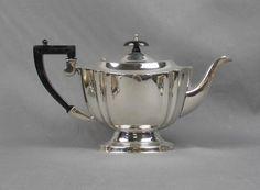 """KANNE, MILCHKÄNNCHEN und ZUCKER, sog. Kaffee- oder Tee-Kern, versilbert, England, gemarkt """"Chippend — Silber"""