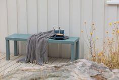 Terrasse: Trebitt Terrassebeis 9072 Naturgrå. Hytte: Jotun 0182 Perlegrå. Exterior Colors, Nightstand, Colours, Table, Furniture, Home Decor, Beige, Decoration Home, Room Decor