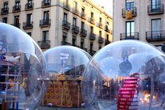Die Krippe auf der Plaza Sant Jaume in Barcelona zeigte 2016 neun Schneekugeln mit vom katalanischen Dichter Foix i Mas inspirierten Motiven.
