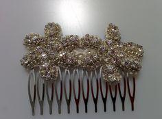 Modelo Lavina (1 doisponible)  #lamoradadenoa #perlas #pedrería #coser #brillantes #encaje #blanco #marfil #cintadepelo #novia #boda #bridal #complementos
