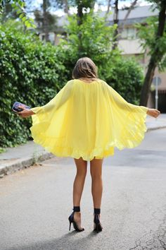 trendy_taste-look-outfit-street_style-ootd-blogger-blog-fashion_spain-moda_españa-yellow_dress-vestido_amarillo-boda-wedding-evento-clutch_pedreria-mas34-sandalias_azules-blue_sandals-12