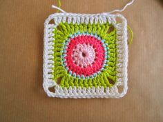 As promised... It's time for the Circle in Square Tutorial from one of my latest posts. So pull out your (scraps of) yarn and get to work...