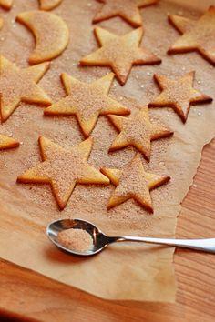 Kanelitähdet ja kuut ovat vaaleita pipareita joiden pinnalla on ihana sokerikuorrutus. Näitä pipareita kehtaa valmistaa vaikka ei ole joulu.