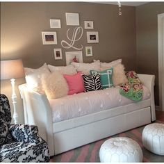 now this is styling @patriciaomara! Girls Daybed, Girls Bedroom, Bedroom Decor, Girl Rooms, Daybed Ideas For Girls, Guest Bedrooms, Daybed Room, Diy Daybed, Daybed Pillows