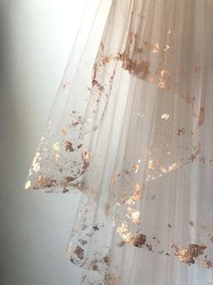 ROSE GOLD Metallic Flaked Bridal Veil Hera by Cleo and Clementine 2019 gold-dipped wedding veil. < The post ROSE GOLD Metallic Flaked Bridal Veil Hera by Cleo and Clementine 2019 appeared first on Metal Diy. Rose Gold Metallic, Gold Leaf, Metallic Dress, Dream Wedding, Wedding Day, Trendy Wedding, Wedding Anniversary, Anniversary Gifts, Budget Wedding