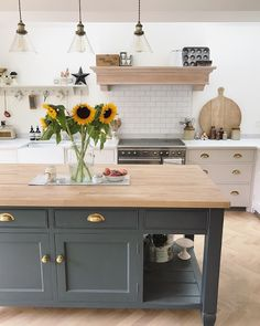 Wände in Farrow & Ball Wimborne White und Kücheninsel in Down Pipe Walls in Farrow & Ball Wimborne White and kitchen island in Down Pipe Home Decor Kitchen, Kitchen Remodel, Modern Kitchen, Kitchen Remodel Small, New Kitchen, Kitchen Diner, Home Kitchens, Kitchen Renovation, Kitchen Living