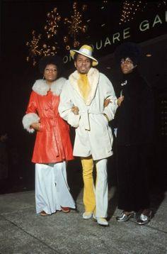 Fashion Vintage Muhammad Ali fans fashion New York 1970 Bonavena - FLASHBACK to December Muhammad Ali was fighting Oscar Natalio Bonavena from Argentina, at New York's Madison Square Garden. 70s Outfits, Vintage Outfits, Vintage Fashion, 70s Black Fashion, 70s Fashion Men, Funky Fashion, Stylish Outfits, Madison Square Garden, Muhammad Ali