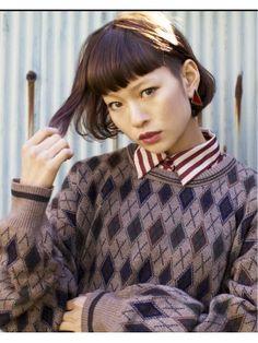 ■ Joule hair ■ あごの長さでパツッとラインを出したボブ。ワイドバングを眉上の長さにして、モードな雰囲気を出す。カラーは7トーンのアッシュブラウン。 http://beauty.hotpepper.jp/slnH000268109/