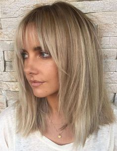 Ash Blonde Lob With Bangs Lob with Face Frame Layers and Bangs Feathered edges of the cut are excellent at making shoulder length hair less harsh and more feminine. Sparse, long bangs that start further back from your forehead are also ultra dainty! Blonde Lob With Bangs, Medium Length Hair Cuts With Bangs, Medium Short Hair, Medium Hair Styles, Short Hair Styles, Lob Haircut With Bangs, Lob Bangs, Haircut Medium, Thin Hair Bangs