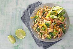 Frisse roerbak van scharrelkip, broccoli, paksoi en noedels  - Recept - Allerhande