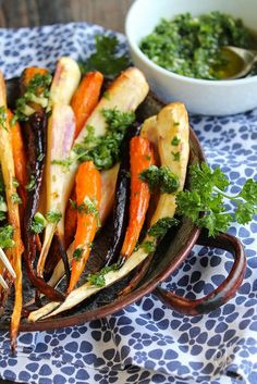 Carottes et panais rôtis à l'huile d'olive, ail et persil.