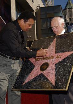 Muhammad Ali autographs his star