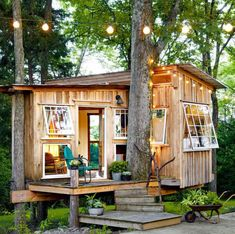 The tiny house movement isn't necessarily about sacrifice. Check out these small house pictures and plans that maximize both function and style! These best tiny homes are just as functional as they are adorable. Best Tiny House, Tiny House Plans, Tiny Cabin Plans, Tiny House Movement, Tiny Cabins, Modern Cabins, Backyard Retreat, Backyard Treehouse, Treehouse Kids