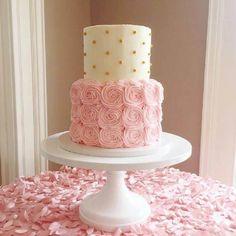 decoração de bolo 2 andares com chantilly cor de rosa e bolinhas douradas #bolo #bolodecorado