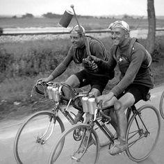 """Tour de France 1929 (?) Una Lanterne Rouge per due: potrebbero essere André Léger (1896-1963) e Marcel Ilpide (1904-1961). Ultimo e penultimo della classifica generale del Tour 1929, la prendono con filosofia. Di certo non gli """"corre dietro"""" nessuno!"""