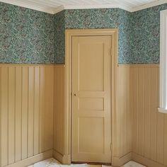 Nu tapetserar jag barnens sovrum. Tur att de gillar 1800-talet. #lilladockekulla #1800talshus #1800tal #gammaltapet #barnrum #linoljefärg #platsbyggt #platsbyggdgarderob #interiör1900
