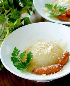 新玉ねぎを丸ごと和風だしで煮込みます。  白味噌とパルミジャーノ・レッジャーノのスープがものすご~~~く美味しいです。