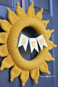 Crochet Summer Sun Wreath - Repeat Crafter Me Crochet Christmas Wreath, Crochet Wreath, Crochet Pillow, Crochet Flowers, Christmas Pillow, Crochet Ornaments, Crochet Home, Crochet Crafts, Crochet Projects