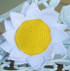 Flower pillows to crochet and knit