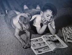 Un chico con su perro leyendo juntos