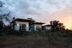 """""""Beter een goede buur dan een verre vriend?"""" Deze vriendengroep heeft het allebei! De vrienden kennen elkaar al lange tijd en wat goed voelt, moet je koesteren dus tilden ze die vriendschap naar een hoger level. Zij vonden een kaal stuk land aan de Llano River in Texas, schakelden architect Matt Garcia in en ontwierpen […]"""