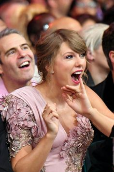 Taylor Swift Had the Best Reaction to Kelly Clarkson Singing Her Hit Song at the BBMAs Source by popsugar Taylor Swift Singing, Long Live Taylor Swift, Taylor Swift Pictures, Taylor Alison Swift, Taylor Swift House, Red Taylor, Popsugar, Taylor Swift Wallpaper, My Idol
