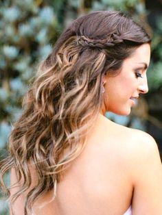 SEMIRECOGIDO TRENZADO. Una vez tengas hechas las ondas, sólo tienes que coger dos porciones de cabello de la parte delante y hacer una trenza a cada lado. Sujétalas en la parte posterior de la cabeza con horquillas. ¡Perfecta!