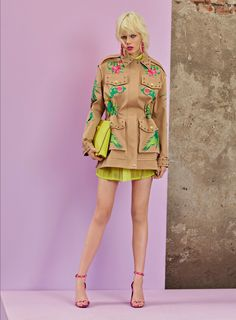 See the complete Versace Resort 2018 collection.