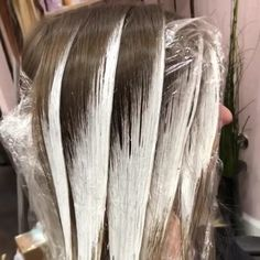 Blonde Foils, Blonde Hair With Highlights, Lanza Hair Color, Ombre Hair At Home, Hair Color Placement, Healthy Blonde Hair, Caramel Ombre Hair, Hair Color Formulas, Hair Color Techniques