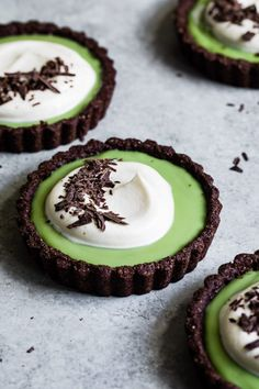 These mini chocolate matcha cream tarts have a matcha pudding filling inside a rich dark gluten-free cocoa almond cookie crust with a layer of bittersweet chocolate shell between and pillows of vanilla whipped cream on top! Just Desserts, Delicious Desserts, Yummy Food, Healthy Food, Green Desserts, Layered Desserts, Lemon Desserts, Tart Recipes, Dessert Recipes