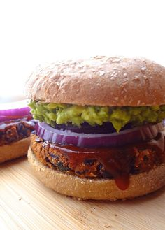 These No Crumble BBQ Black Bean Burgers are also gluten free! Topped with avocado, they're the perfect, crave-able vegan burger that won't fall apart! Leftover patties can be frozen for a quick lunch or easy dinner! Veggie Recipes, Whole Food Recipes, Vegetarian Recipes, Cooking Recipes, Vegan Meals, Low Calorie Meals, Homemade Vegan Burgers, Flammkuchen Vegan, Sandwiches