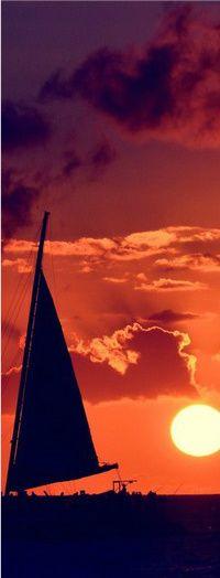 Аватар вконтакте Парусник в море на фоне облаков и солнца в небе