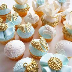 "Cristina Re 在 Instagram 上发布:""A taste of heaven @leyaracakes #cake #cakeart #cupcakes #sweet #pastel #blue #gold #gourmet #heaven #angel #wings #hightea #highteainstyle #CristinaRe #CristinaReDesign Regram"""