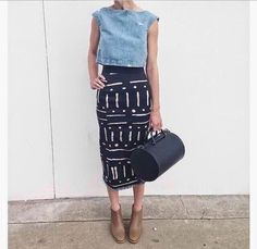 Take your pencil skirt to the weekend with a dressed down top (like this denim crop) and a more casual shoe. Note that the nude bootie elongates the leg for a flattering look. Mode Style, Style Me, Look Camisa Jeans, Outfit Des Tages, Look Girl, Mode Outfits, Office Outfits, Mode Inspiration, Look Fashion