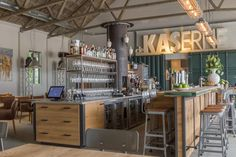 ZWAARTAFELEN i Stoere bar van Zwaartafelen bij Hotel De KASerne I #interieur #mannen #bar I www.zwaartafelen.nl