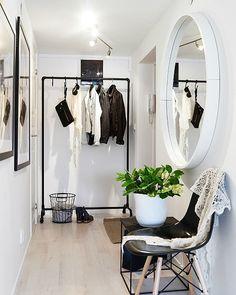 Que tal transformar um pouco o hall de entrada do seu apartamento? Separe um cantinho especial para os casacos e sapatos capriche nos quadrinhos e no espelho e claro não se esqueça de tirar uma selfie antes de sair!  O espaço fica cheio de amor né?! #Moblybr #decoration #homedecor #livingroom #inspiration #interiordesign #decoration #livingroom #casaedecoracao #homedecor #homesweethome #instahome #lardocelar #tendencia #mobly #decorarmais #sala #estiloedecoração #designedeinteriores